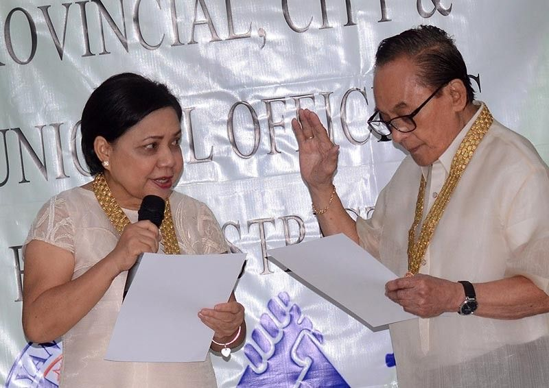 "OATH-TAKING. Senator-elect Cynthia Villar administers the oath-taking of first district congressman-elect Eduardo ""Eddiegul"" Gullas on Thursday, June 6, 2019 in Carcar City Hall. (SunStar photo / Alan Tangcawan)"