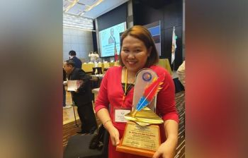 MANILA. Gidawat ni Rhona Goc-ong-Villariasa ang pasidungog isip Regional Female Reporter of the Year sa print category didto sa New World Makati Hotel, Manila. (Rhona Goc-ong-Villariasa)