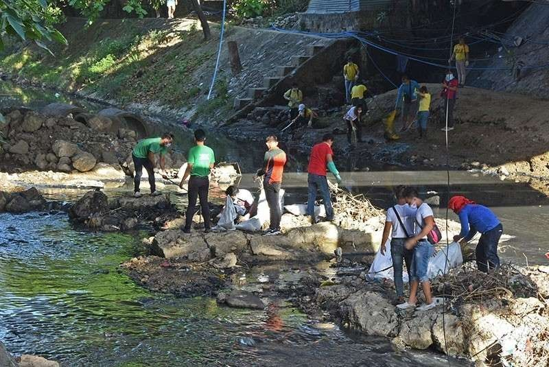 CEBU. Some 300 volunteers pick up garbage and debris in some parts of the Butuanon River in Mandaue City for an hour in February 2019. (SunStar File/Allan Cuizon)