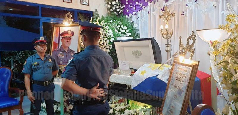 GIHAYA sa headquarters sa Cagayan de Oro City Police Office (Cocpo) ang patayng lawas ni PCol Nelson Aganon sa wala pa kini gidala sa Kaulohan. (Kris Sialana)