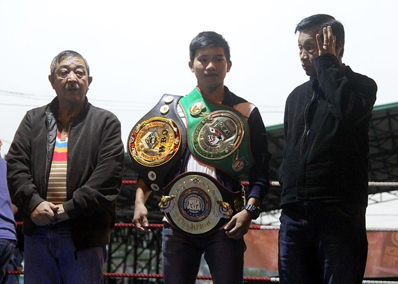 BAGUIO. Ifugao boxing wiz Carl Jammes Martin is joined by local boxing promoter Raffy Panagan and Mayor Mauricio Domogan during a recent event in Baguio City. (Roderick Osis)