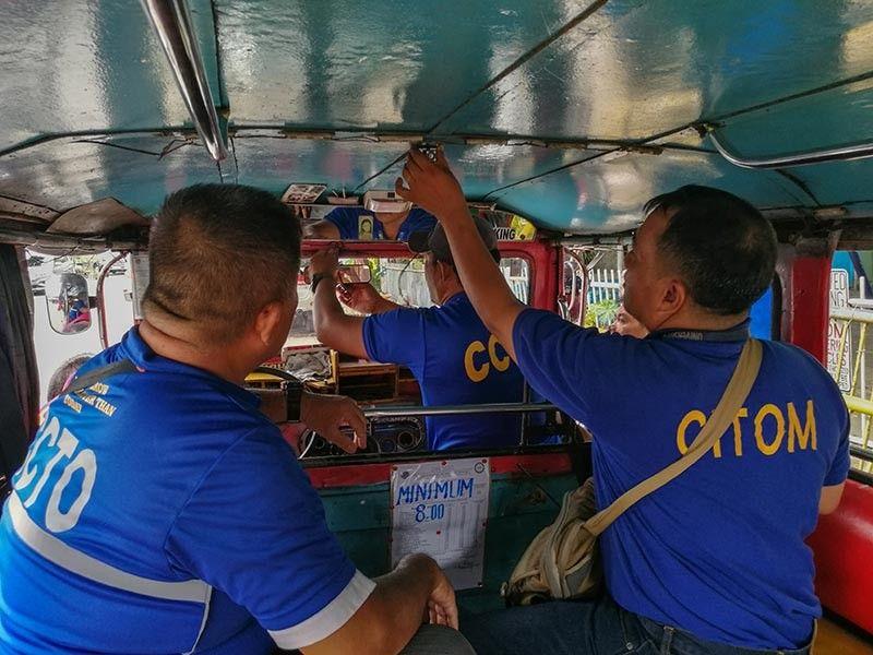 NAGMUNTAR: Ang mga kawani sa Cebu City Transportation Office (CCTO) nagmuntar sa dashcam sa usa ka jeepney. (Arni Aclao)