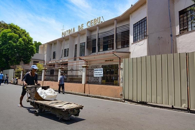 WORK BEGINS. As they bare the new design and plans for the redevelopment of Patria de Cebu in downtown Cebu City, Cebu Landmasters Inc. fences the property in preparation for the renovation and construction work. (SunStar photo / Arni Aclao)