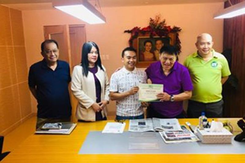 BROKERING EXCELLENCE. Licensed customs broker lsrael D. Alin (third from left) shows to University of the Visayas (UV) vice president Jose Gullas (in purple shirt) the certificate from the Professional Regulation Commission, which recognized him as one of the most outstanding brokers in the country. (Contributed photo)