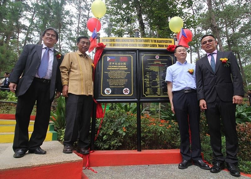 BAGUIO. Outgoing Baguio City Mayor Mauricio Domogan unveils the Filipino-Chinese marker with EXECOM and chairman of the 18th Philippine-China friendship day Peter Ng (left). With them are Consul and Head of Post in the Consulate of the People's Republic of China in Laoag City, Zhou Youbin, and Fernando Tiong, over-all coordinator of the Friendship Day June 10 at the Botanical Garden. (Photo by Jean Nicole Cortes)
