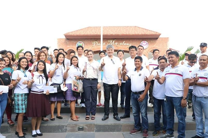 PAMPANGA. Magalang Mayor Malu Paras-Lacson, Vice Mayor Norman Lacson and councilors flash the One Magalang sign together with 193 beneficiaries of the Special Program for Employment of Students (SPES), during the early Independence Day celebration on Tuesday, June 11, 2019. Joining them are village chairmen and Department of Labor and Employment provincial director Arlene Tolentino. (Chris Navarro)