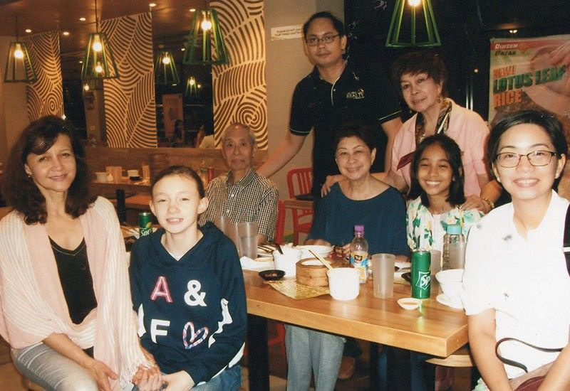 GUESTS. From the U.S. and Manila, enjoying an evening at Dimsum Break: Kelly and Cecilia Fortson, Doy de Veyra, Binggay Montilla, Tina and Pat Matti, and behind, Marco Utzurrum and a guest.
