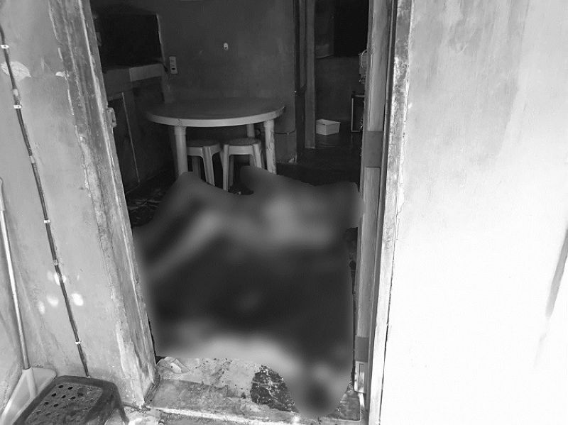 CEBU. Police are still trying to identify the persons responsible for robbing and murdering 58-year-old Jul Berdin Braga inside his house in Purok 1, Barangay Dapitan in Cordova town. Police found Braga's decomposing body after his neighbors complained of a foul smell coming from inside his house on Wednesday, June 12. (Contributed photo)