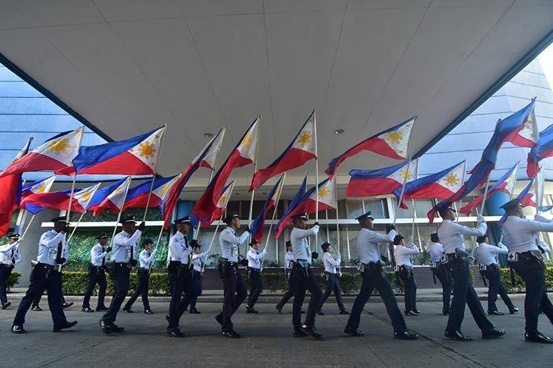DAVAO. Giparada sa mga sekyu sa SM City Davao ang 121 ka bandila sa Pilipinas kagahapon sa buntag sulod sa SM City Davao alang sa ilang Philippine Independence Day nga programa. Ang 121 ka mga bandila nagsimbolo sa ika-121 nga tuig sa kasaulogan sa Independence Day. (Macky Lim)