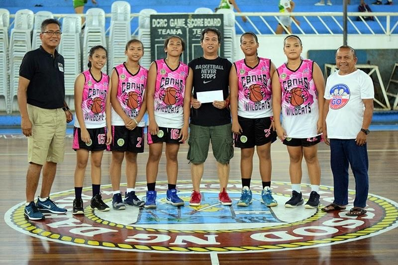 GIRLS CHAMPION TEAM. Crossing Bayabas National High School (CBNHS) receives the champion's prize of the girls division at the close of the Escandor Cup three-point shootout finals held at the Almendras Gym Davao City Recreation Center recently. (Koii Canarias)