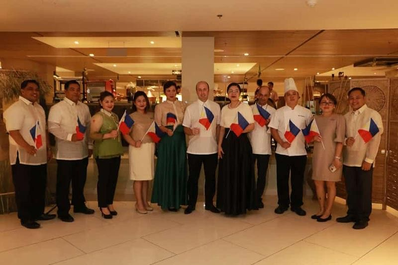 PAMPANGA. Quest Plus Clark officials (from left) Alexander Cervas, chief engineer; Victor Viscayno, assistant executive housekeeper; Anna Bettina Corpuz, F&B manager; Jennie Piedra, executive secretary; Mabel Roman, executive assistant manager; Michael Gapin, general manager; Judy Sarmiento, director of Sales; Jean Louis Leon, executive chef; John Mangubat, sous chef of Quest Hotel Cebu; Marissa Sevilla, purchasing manager; and Noel Constantino, IT manager welcome Independence Day during the launch of Flavors of Cebu at Mequeni Live. (Photo by Chris Navarro)