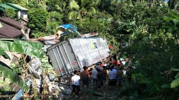 SAMAR. A 10-wheeler truck fell into a neighborhood in Catbalogan City, Samar after its brake malfunctioned, Thursday, June 13, 2019. (Photo courtesy of Rene Castino/DyMS-Catbalogan)
