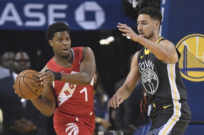 USA. Toronto Raptors guard Kyle Lowry (7) passes the ball in front of Golden State Warriors guard Klay Thompson (11) during the first half of Game 6 of basketball's NBA Finals, Thursday, June 13, 2019, in Oakland, Calif. (AP)