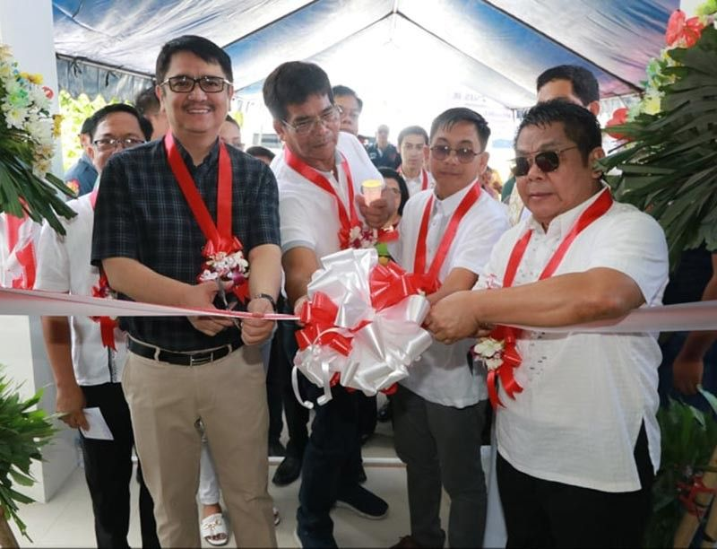 "PAMPANGA. Congressman Aurelio ""Dong"" Gonzales Jr. (left), Bacolor mayor-elect Eduardo ""Diman"" G. Datu (right) and vice mayor-elect Wilfredo H. Balingit (center) lead the ribbon cutting and unveiling ceremony of the new legislative building of Bacolor, Pampanga on Friday, June 14, 2019. Joining them are councilors and representative from DPWH Pampanga 1st DEO. (Photo by Chris Navarro)"