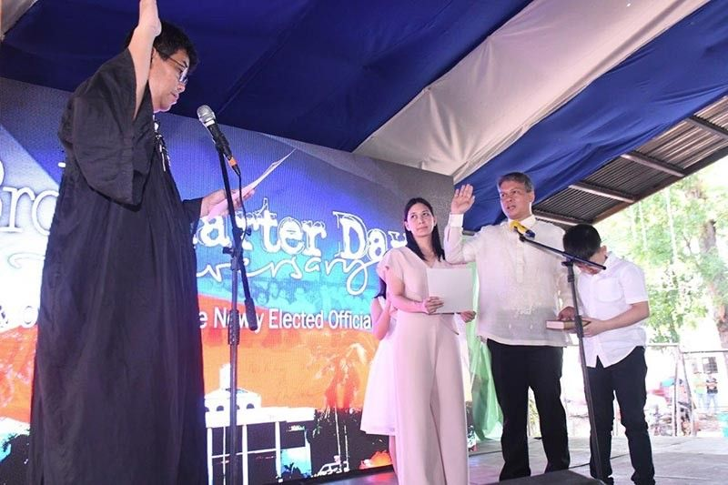 NEGROS. Sagay City Mayor Alfredo Marañon III, with his wife Fe and children Maria Angela and Roland Matthew, takes his oath of office before RTC Judge Reginald Fuentebella. (Contributed photo)