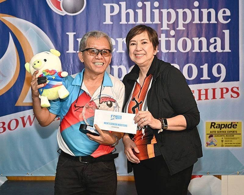 WINNER. Cebuano Ben Suelto gets his paycheck after posting a 31-pin victory in the Open Masters Division. (Contributed Photo)