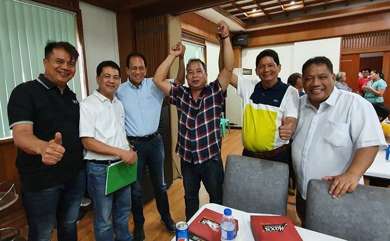 "Outgoing San Luis Mayor and councilor-elect Venancio ""Asyong"" Macapagal gets the endorsement of fellow mayors (L-R) Ferdinand ""Dagi"" Salalila (Sta. Rita); Peter Nucom (Apalit); Edgar Flores (Minalin); Bon Alejandrino (Arayat) and Nardo Velasco (Sasmuan) during the Provincial Development Council meeting at the Executive House, Capitol, CSFP recently. Macapagal is running for President of the Pampanga Councilors League and was recently endorsed by Gov. Lilia Pineda and first gentleman Rodolfo ""Tatay Bong"" Pineda. (Chris Navarro)"