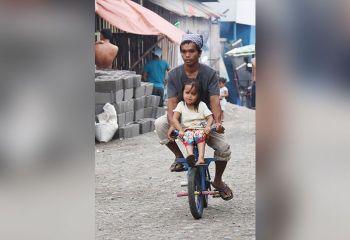DAVAO. Gilingaw sa amahan nga taga Barangay 23-C, dakbayan sa Davao ang anak nga babaye pinaagi sa pagpasakay sa iyang gamay nga bisikleta. Ang hulagway nagapakita sa gugma sa amahan sa anak nga andam buhaton ang tanan aron lang malipay siya. Happy Father's Day! (Mark Perandos)