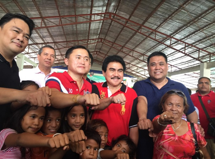 BACOLOD. Senator-elect Christopher Go with Bacolod City Mayor Evelio Leonardia, Congressman Greg Gasataya, and Negros Occidental Vice governor-elect Jeffrey Ferrer visit the fire victims of Purok Cagaycay in Barangay 2 at ABES-2 in Bacolod City Sunday, June 16, 2019. (Photo by MAP)