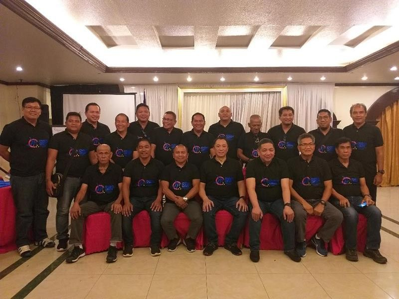 DAVAO. Participants of the Samahang Basketbol ng Pilipinas (SBP) Davao Region Officials Summit pose with SBP regional director Glenn Escandor at the Kanato Hall of The Royal Mandaya Hotel Saturday evening. (Photo by Marianne L. Saberon-Abalayan)