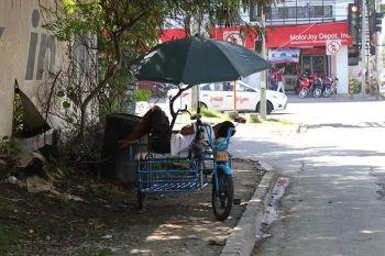 DAVAO. Perteng pagkahinanok sa usa ka traysikad drayber human mingaw ang pipila ka palibot sa dakbayan sa Davao Dominggo, Hunyo 16. Ang maong hulagway kuha didto sa Tulip Drive, Matina, Davao City. (Hulagway kuha ni Mark Perandos)