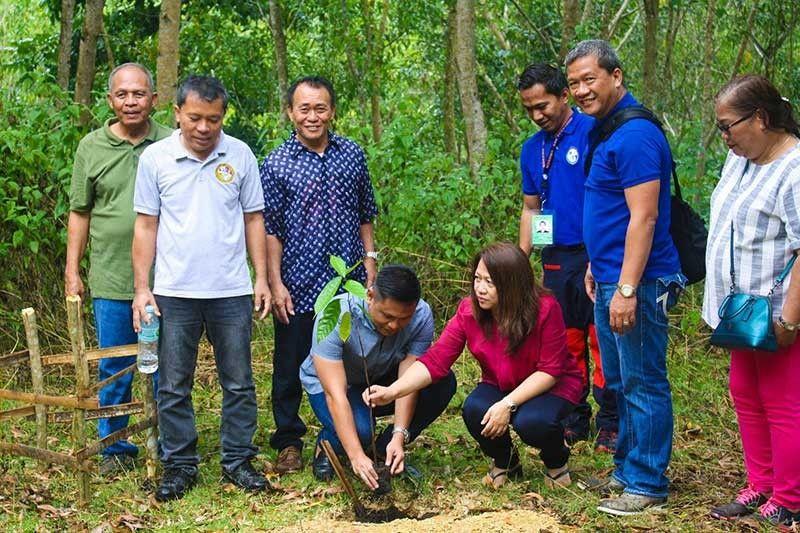 NANANOM: Gitanom ni Mayor Lakambini Reluya ang labing na sa 2,000 ka kahoy nga natanom uban sa mga opisyales sa lungsod. (Tampo nga hulagway)