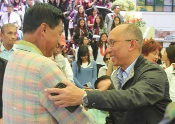 BAGUIO. Incoming Baguio City mayor Benjamin Magalong exchange pleasantries with outgoing Mayor Mauricio Domogan during Monday's (June 17, 2019) flag raising ceremony at the city hall. (Jean Nicole Cortes)