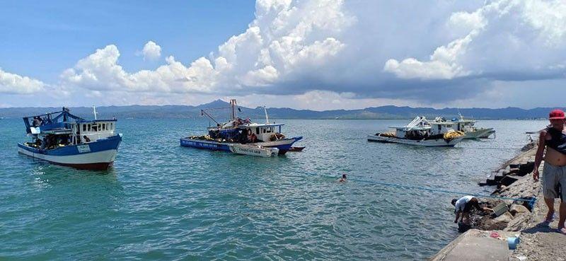 PANAGATAN NAKALAPAS: Gibawi sa Philippine Coast Guard - Eastern Visayas ug Bureau of Fisheries and Aquatic Resources ang gamit sa panagat ug ang kuha nga 120 nga kilong isda sa lima ka panagatan nga nakalapas sa Fisheries Code. (JKDP)