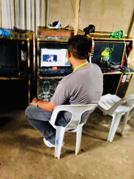 CAGAYAN DE ORO. Sapon sa personahe sa Regulatory and Complaint Board kining usa ka internet cafe nga padayong maka-open og porn site bisan pa man sa balik-balik nga pahimangno sa maong buhatan. (RCB photo)