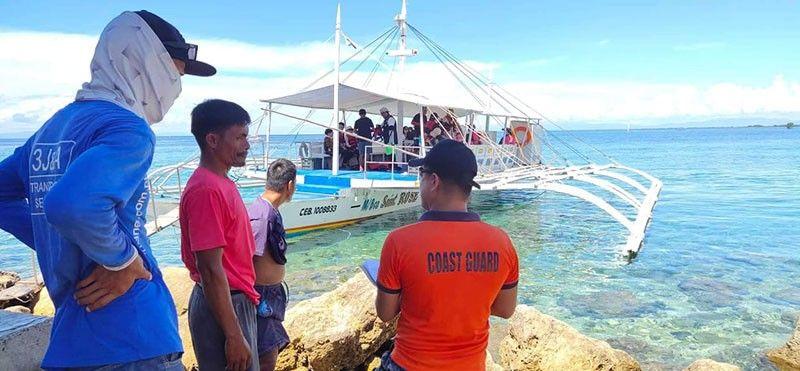 INSPECTION: Ang Philippine Coast Guard inabagan sa ubang mga ahensya sa kagamhanan ming-inspeksyon sa mga bangka, labina sa mga pasaheroan, kon kompleto ba kini sa mga dokumento ug narehistro. (Tampo sa PCG 7)