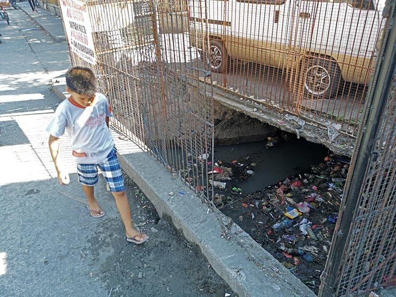 DAVAO. Clogged drainage canal in Davao City. (Macky Lim)
