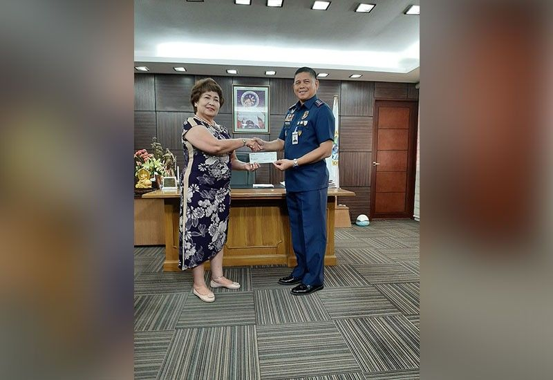REWARD: Si Lapu-Lapu City Mayor Paz Radaza (wala) mitunol sa P1 million nga tseke ngadto kang Police Col. Lemuel Obon. Alang kini sa mga tawo nga nakatabang pagsulbad sa pagpatay kang Christine Lee Silawan. (Gregy C. Magdadaro)