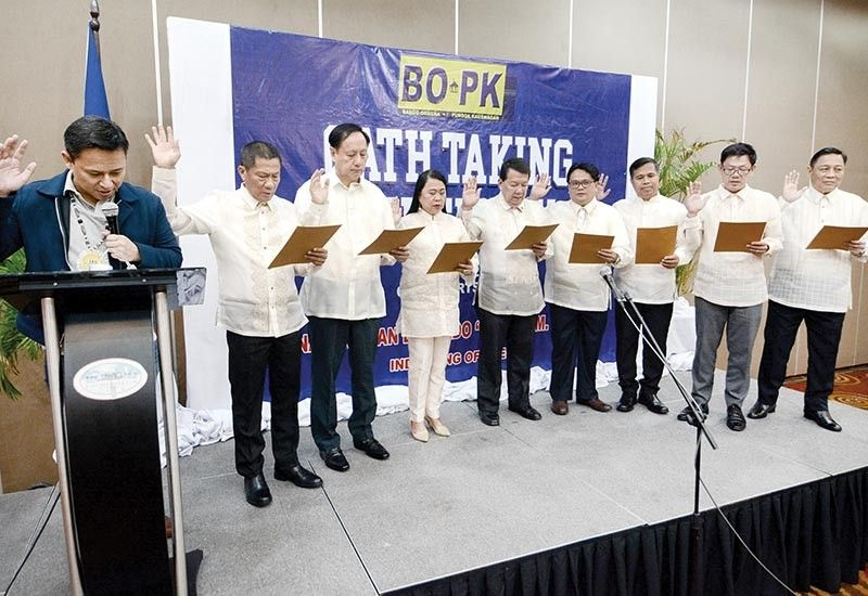 OATH. Cebu City Councilors Alvin Arcilla and Sisinio Andales (fourth and fifth from right) take their oath together with other BOPK councilors before Sen. Sonny Angara (behind the lectern) on Friday, June 21, 2019 at the City Sports Club Cebu. (SunStar Photos/Arni Aclao)