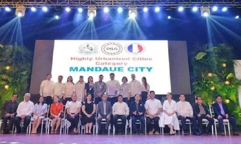 CEBU. Gidawat ni Bise Mayor Carlo Fortuna ug mga sakop sa konseho ang Award of Recognition atol sa 2019 End Term National Assembly sa Philippine Councilors League. (Hulagway gikan sa Mandaue City Council)