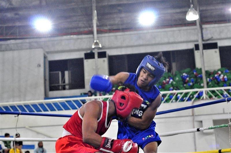 DAVAO CITY boxer Reymond Albupera, tuo, mipildi ni Kent Norbert Wacay via technical knockout sa 52 kilograms division game sa Davao-Cabadbaran dual boxing meet sa munisipalidad sa Las Nieves, Agusan del Norte, Huwebes. (Seth Delos Reyes)