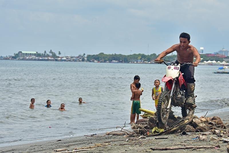 DAVAO. Gitistingan sa usa ka rider sa motor ang giplastar nga mga obstacle course sa baybayon sa Barangay Centro, Agdao, Davao City atol sa gipahigayong motocross race kagahapon, Hunyo 24, 2019. (Macky Lim)