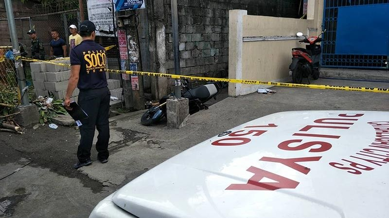 SAMAR. Police secure the crime scene at Purok-3 Barangay Mercedes, Catbalogan, Samar after a former police personnel was shot dead by still unidentified gunmen, June 24. (Photo by Rene Castino)