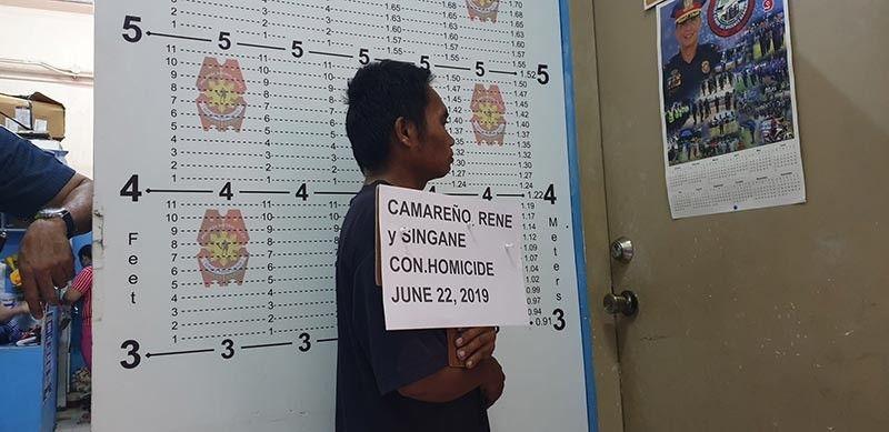 CAGAYAN DE ORO. Sikop si Rene Camareño, 42, usa ka sidewalk vendor sa dalan Capt. Vicente Roa, human giluba patay ang usa ka dispatser nga utangan kaniya. (Kris C. Sialana)
