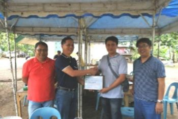 BACOLOD. Lloyd Santos (second from right), resource person from the Bureau of Animal Industry, receives the certificate of appreciation from Provincial Veterinarian Renante Decena (second from left) with Dr. Del Magallanes and Manny Delleva of United Cattle Raisers Association in Negros and Visayas during the seminar on artificial insemination at the Negros First Ranch in Murcia recently. (Contributed Photo)