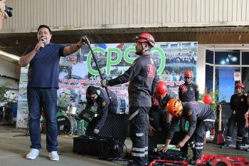 CAGAYAN DE ORO. Cagayan de Oro City Disaster Risk Reduction and Management Department (CDRRMD) head Nick Jabagat and CDRRMD personnel demonstrates the use of its new equipment to the City Hall employees on Monday, June 24, 2019. (Photo courtesy of CDRRMD)