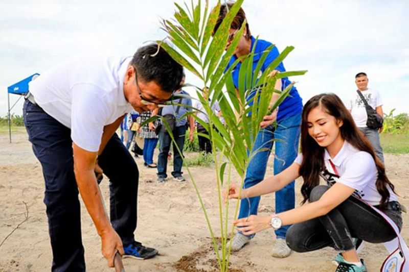 PAMPANGA. Mayor Edwin Santiago, together with City Environment and Natural Resources Officer Maria Regina Rodriguez and Mutya ning Kalikasan 2019 Rica Gabriene David, plants a palm tree at City Civic Center in San Isidro on June 25, 2019, in time for the Philippine Arbor Day. (Contributed photo)