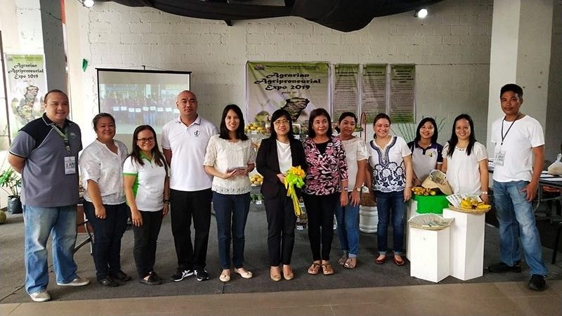 BACOLOD. DAR-Negros Occidental II officials and personnel led by Provincial Agrarian Reform Program Officer II Teresita Mabunay (sixth from left) during the opening of the week-long Agrarian Agripreneurial Expo 2019 at Ayala Malls Capitol Central in Bacolod City on Monday, June 24, 2019. (Contributed Photo)