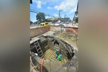 DAVAO. Gipaspasan sa mga trabahante ang paghuman sa mga gipangbangagan nga mga parte sa may C.M Recto Avenue, Davao City alang sa nagpadayong underground cabling system sa Davao City aron mahapsay na ang dalan sa lugar. Tungod sa sige'g ulan madelatar ang ilang mga trabaho tungod kinahanglan pa nila i-pump ang tubig nga natipon una makatrabaho. (Macky Lim)