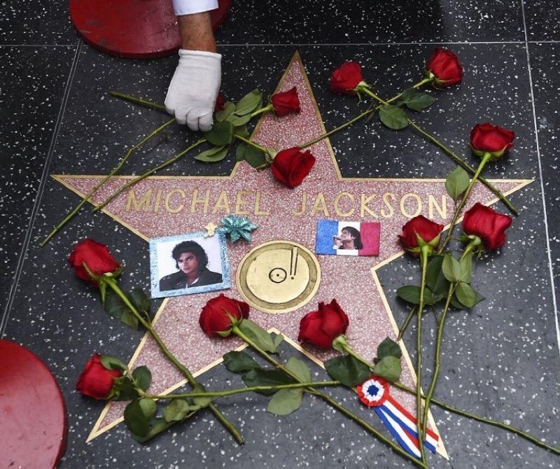 LOS ANGELES. Roses adorn the Hollywood Walk of Fame star belonging to the late pop star Michael Jackson on the 10th anniversary of his death, Tuesday, June 25, 2019, in Los Angeles. (Photo by Chris Pizzello/Invision/AP)