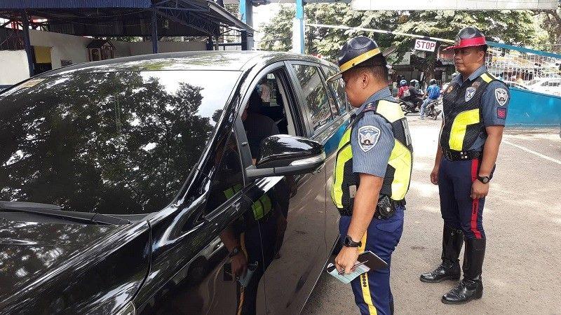 CEBU. Highway Patrol Group sa rehiyon mipatuman sa ilang mandato pagsusi sa mga sakyanan ug drivers nga mosulod sa kampo sa Cebu City Police Office. (Hulagway kuha ni Arnold Bustamante)