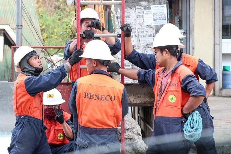 BAGUIO. Benguet Electric Cooperative (Beneco) linemen are busy installing fiber optic lines in Baguio City as they have promised to provide faster internet connectivity to 35,000 households and individual consumers by the end of the year. (Photo by Jean Nicole Cortes)