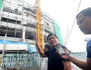 SURPRISE inspection. Cebu City mayor-elect Edgardo Labella inspects the ongoing construction of the new Cebu City Medical Center on Natalio Bacalso Ave., Cebu City on Wednesday, June 26, 2019. (SunStar photo / Alan Tangcawan)
