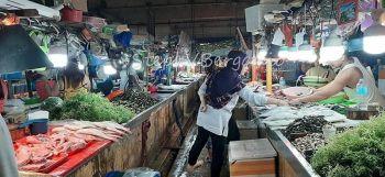 CAGAYAN DE ORO. Namili kining usa ka babaye og presko nga isda sulod sa merkado sa Cogon, dakbayan sa Cagayan de Oro. (Steph V. Berganio)