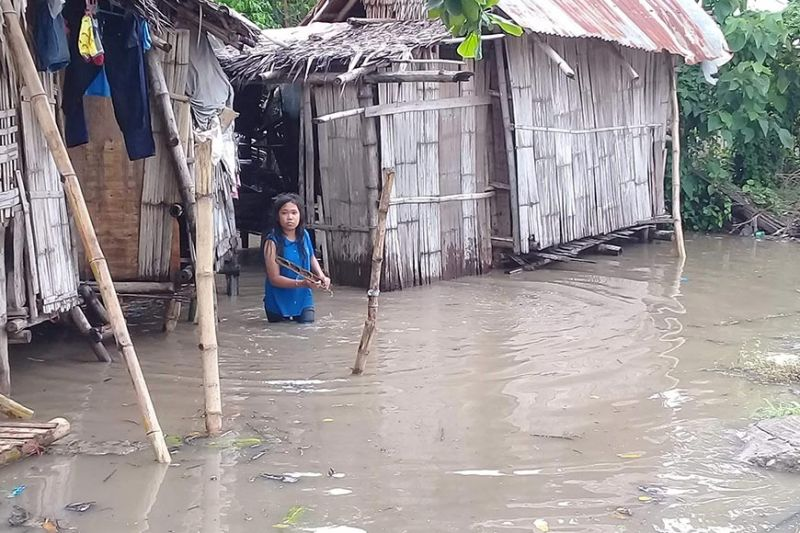 NEGROS. Some houses in Barangay Tabao in Valladolid town were submerged after a heavy downpour that started Wednesday night. (Photo by Mark Cabrillos)