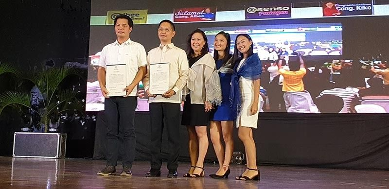 NEGROS. Outgoing Congressman Albee Benitez poses with his brother Congressman-elect Kiko Benitez and his family. (Contributed photo)